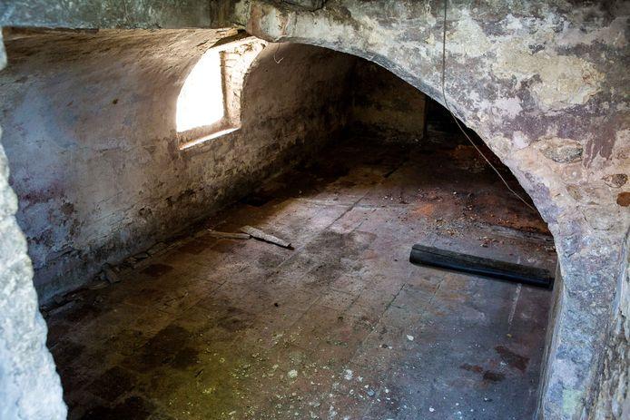 Goed een jaar geleden zag de kelder er zo uit. De oude plaaster hield het originele gewelf verborgen.