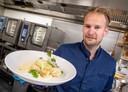Chef Sebas Dekker presenteert het gerecht waarvoor gasten steevast terugkomen: kabeljauw met dashi-botersaus, en deze keer asperges.
