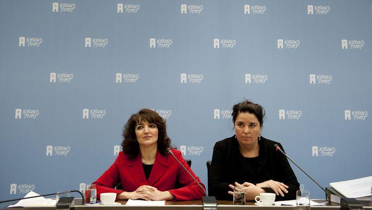 Voormalig COA-bestuurder Nurten Albayrak (L) samen met raadsvrouw Anita Verbeek tijdens de persconferentie in perscentrum Nieuwspoort, in april Beeld ANP