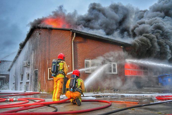 De veiligheidsregio raadt omwonenden aan om uit de rook te blijven, die tot in de wijde omtrek te zien is.