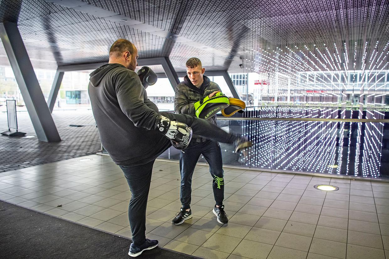 Normaal trainen deze Amsterdammers bij Kops op de Weesperzijde, nu bij de RAI. Sinds 19 mei zijn sportscholen weer gedeeltelijk open, maar groepslessen mogen nog niet binnen worden gegeven. Beeld Guus Dubbelman / de Volkskrant