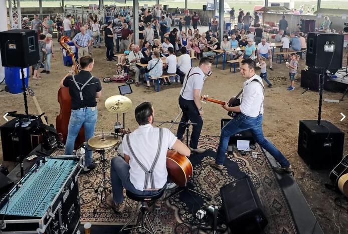 De Osse rock- en rollformatie Dude tijdens het eerste Bourgondival Van Streek.