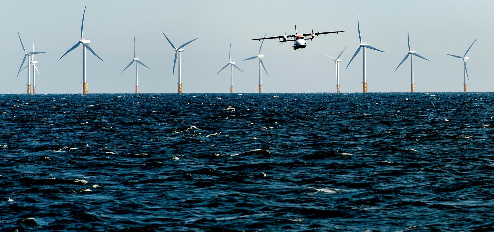 De kustwacht is bezig met het omleggen van een vaarroute. De vaarwegen op de Noordzee worden drastisch herschikt om meer orde te scheppen in het almaar drukker wordende scheepvaartverkeer.