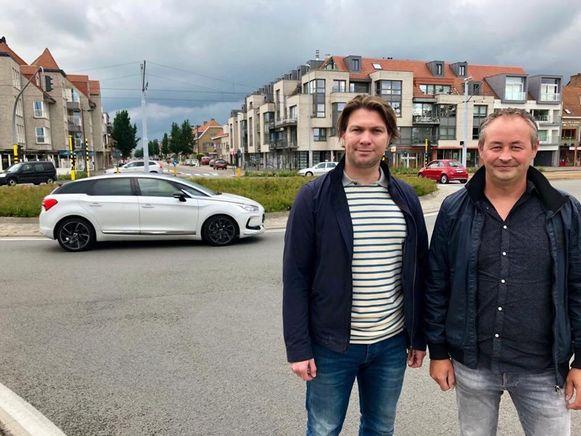 Nicolas Vermote met PRO-bestuurslid Stijn Deschilder bij de rotonde bij de vismijn