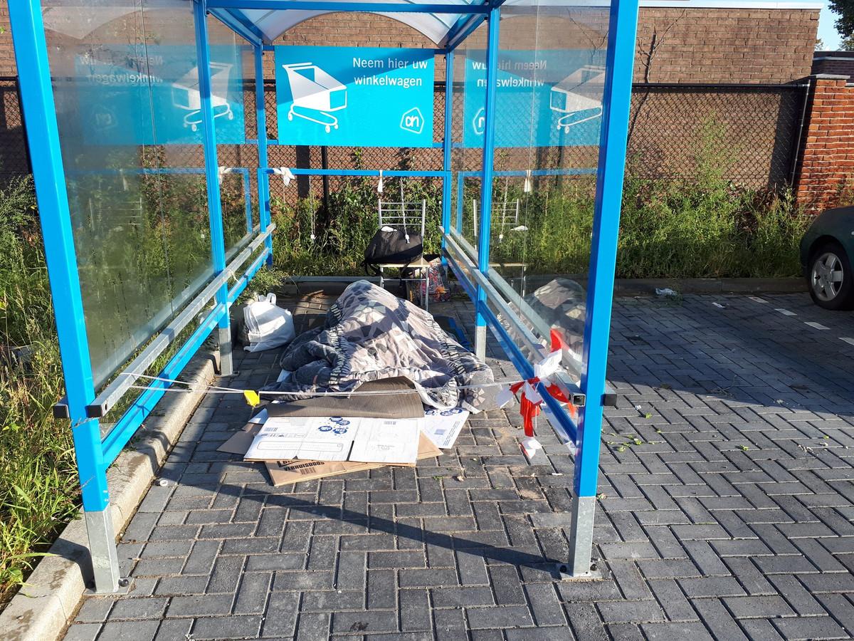 De plek waar de zwerver afgelopen weekend door heeft gebracht, bij de Albert Heijn aan de Groenestraat in Nijmegen.
