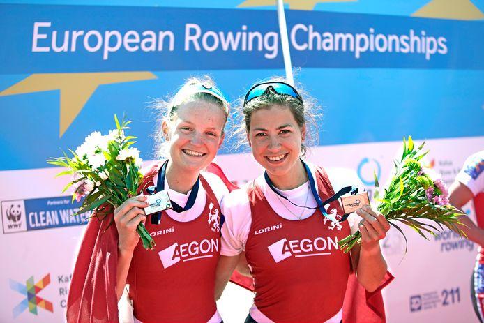 Marieke Keijser (l) samen met Ilse Paulis nadat ze zilver hebben gewonnen op het Europees kampioenschap roeien in Tsjechië in maart.