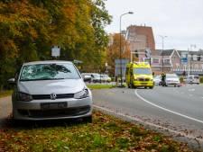 Fietsster wordt aangereden op kruising in Apeldoorn en komt tientallen meters verder terecht