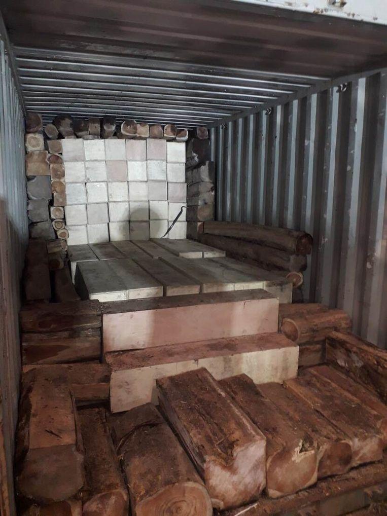 De Belgische douane vond de cocaïne verstopt tussen blokken hout. Beeld OM