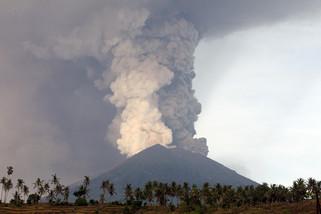 fotoreeks over Vulkaan Agung blijft as spuwen, honderdduizend omwonenden geëvacueerd