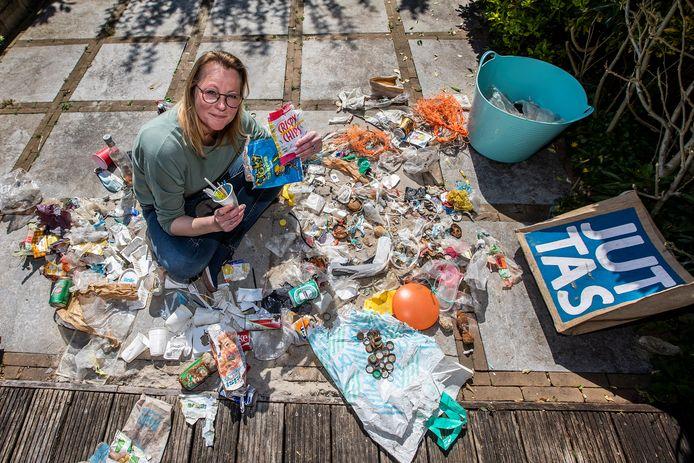 Bianca Tiegelaar tussen het 'historisch afval' dat zij vond in de duinen van Hoek van Holland.