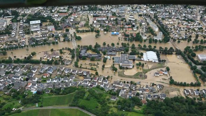 Een luchtbeeld van de overstroomde stad Bad Neuenahr - Ahrweiler