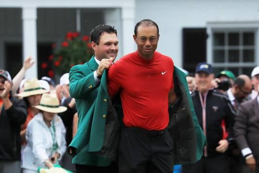 Tiger Woods trekt het befaamde groene jasje aan.