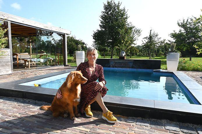 Judith Gordon bij het privé zwembad