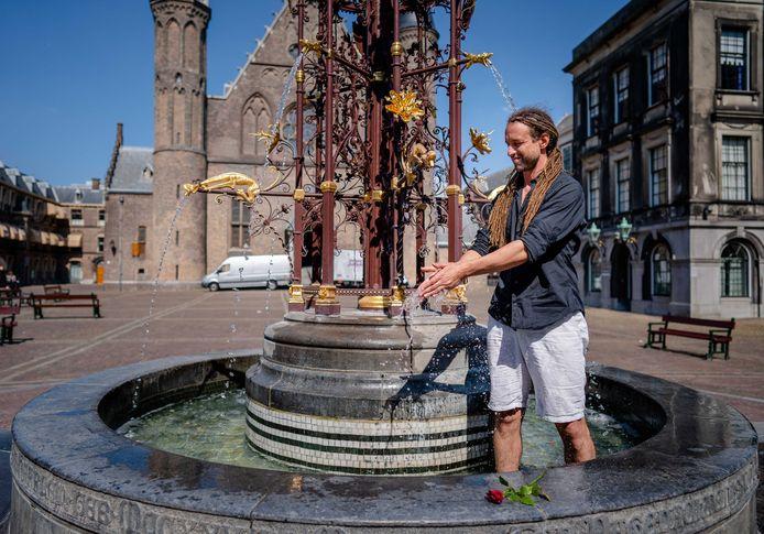 Willem Engel in de fontein op het Binnenhof. Hij is mede-initiatiefnemer van de actiegroep Viruswaanzin die strijdt tegen de door de overheid genomen coronamaatregelen.