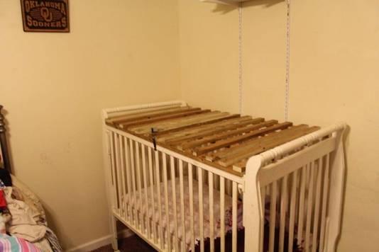 Een van de kooien is een verbouwd kinderbedje