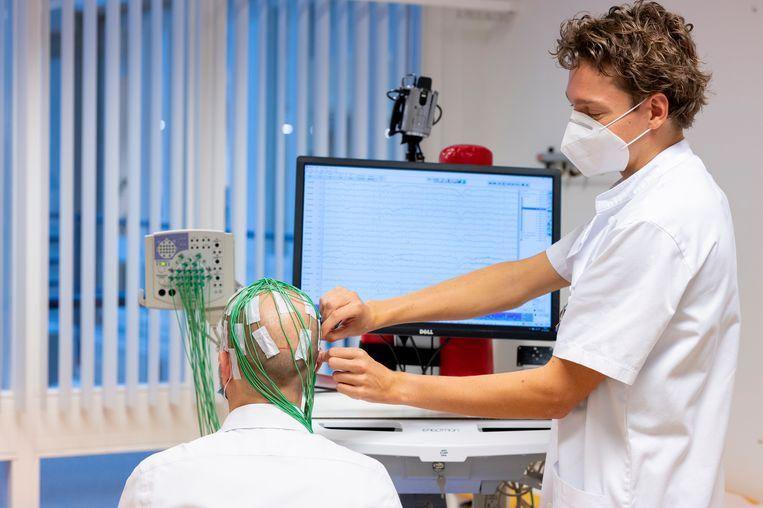 Victor Geraedts (rechts) maakt een EEG bij neuroloog Martijn Tannemaat (links). Beeld Josje Deekens / LUMC