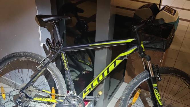 Man vervoert gestolen laptops op gestolen fiets