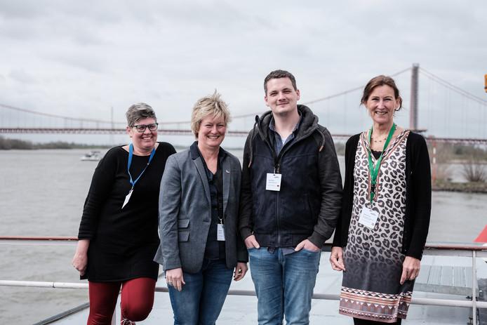 Deelnemers aan de conferentie over de buurtaal op het bovendek van de Graaf van Bylant met van links naar rechts medeorganisator Christa van Dee, Bettina Schulte en Marco van de Leegmeerschool in Emmerik en Sabina van Vugt van het ROC Twente.