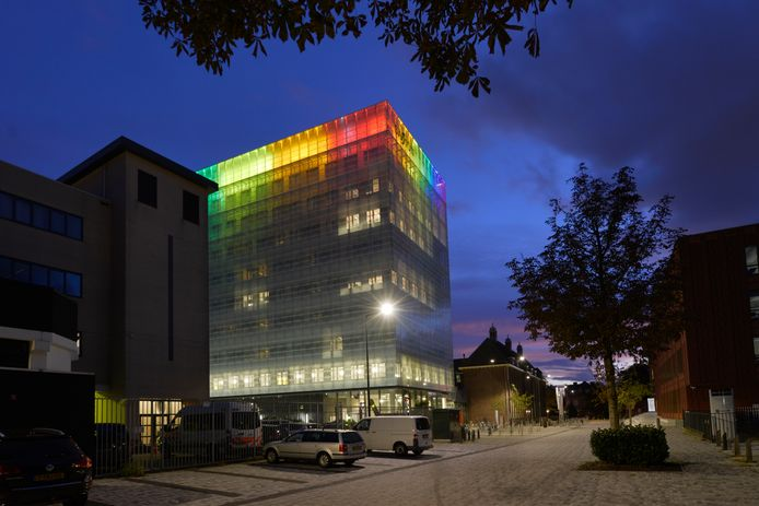 Het Epy Drostgebouw van Saxion in regenboogkleuren