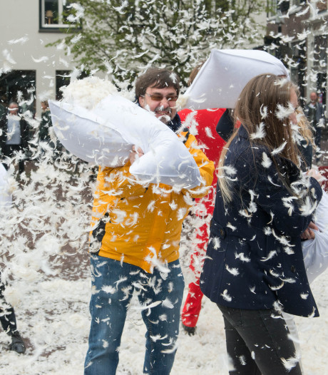 Groot kussengevecht op Blaak tijdens International Pillow Fight Day