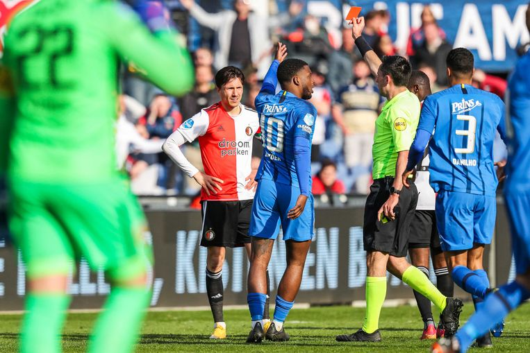 Steven Berghuis van Feyenoord krijgt rood. Beeld ANP