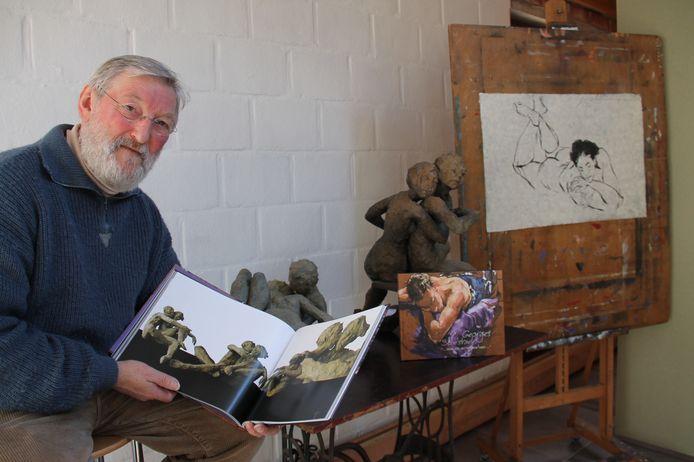 Kunstenaar Georges 'Zjors' Schelstraete bij enkele van zijn andere werken. Het beeld van Will Tura moet nog even geheim blijven.