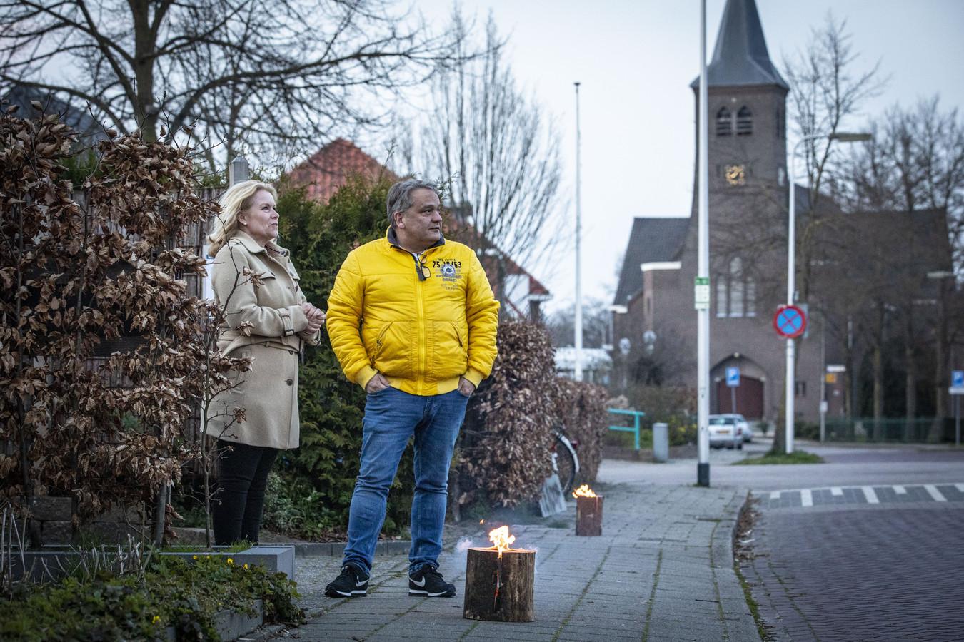 Voorzitter Denise Stadman van de Buurtschapsraad Lattrop-Breklenkamp en Michael Geerdink bij hun fakkel.