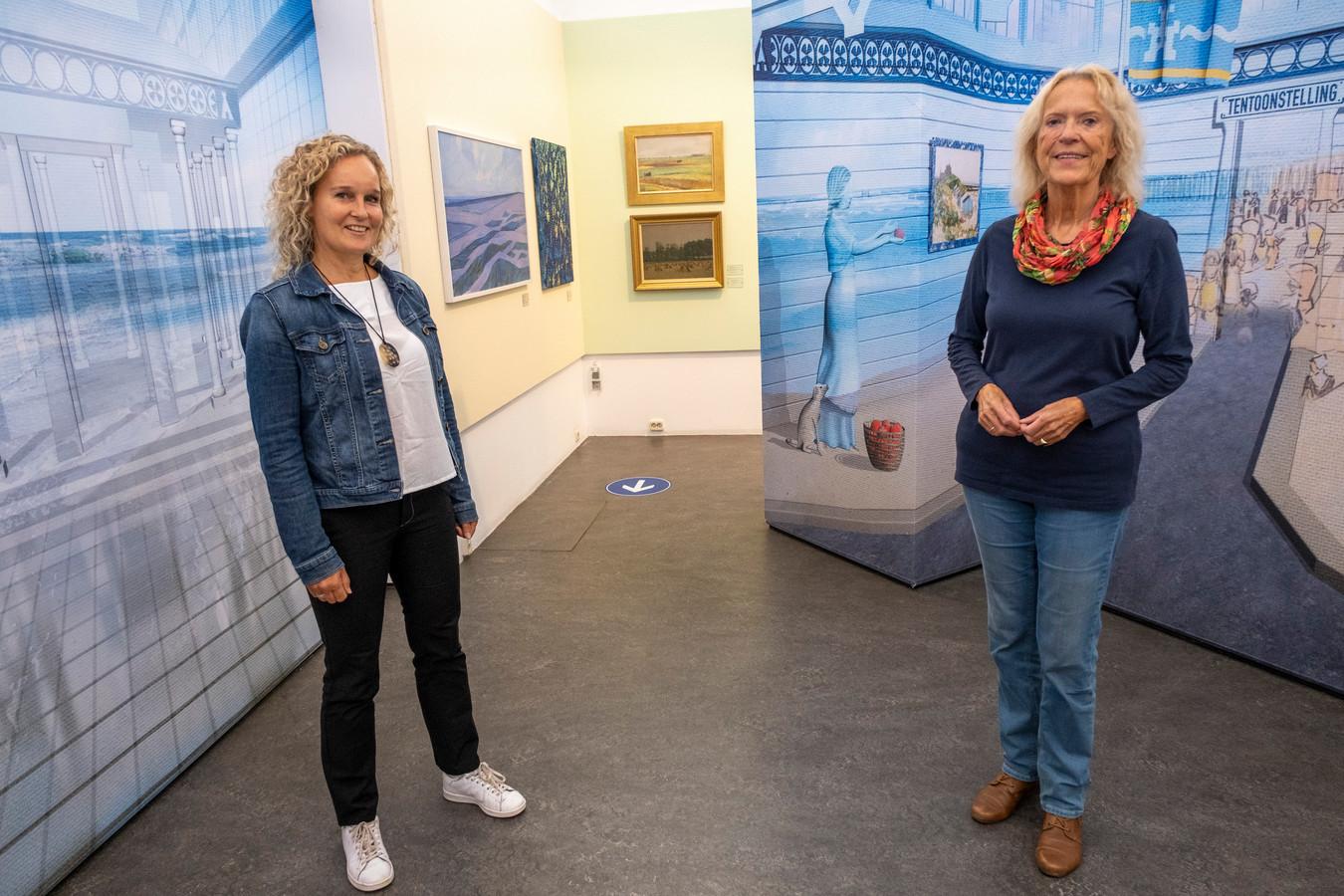 Kunstenares Lisette Huizenga (l) en conservator Francisca van Vloten in het Marie Tak van Poortvliet Museum met links de tempel van Nehalennia die oprijst uit de zee.