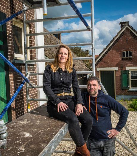 Minou en Merijn pellen authentieke boerderij in Wapenveld af op zoek naar historische schatten