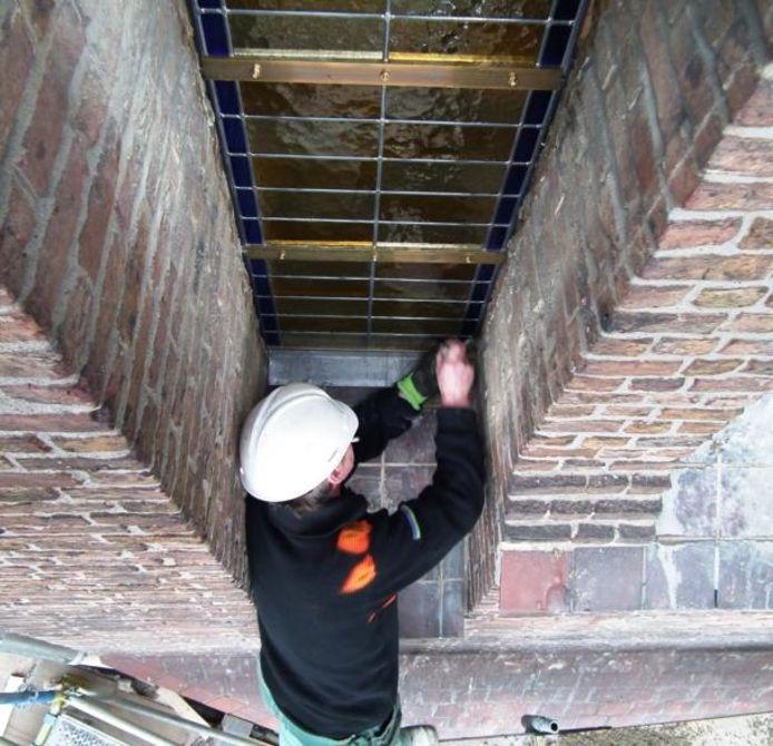Invoegen van de nieuwe glas-in-loodramen in de koepel van de Lourdeskerk.foto Jan van de Kasteele