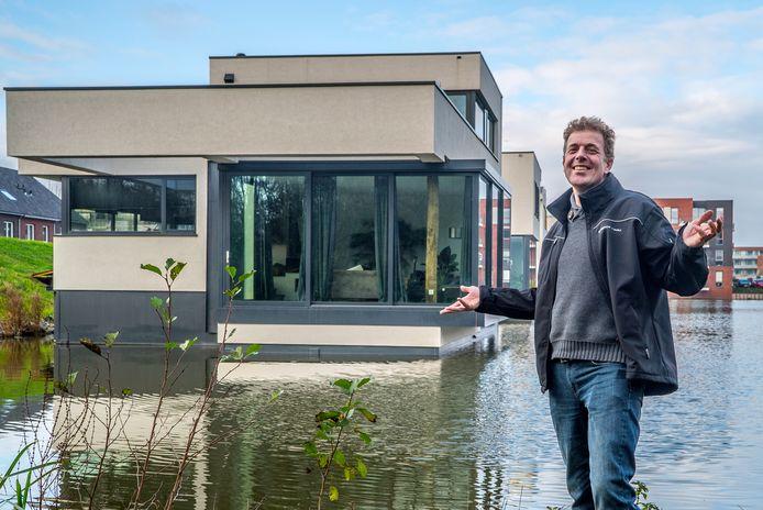 Olaf Janssen voor zijn drijvende woning. Hij heeft plannen voor een project in Woerden.