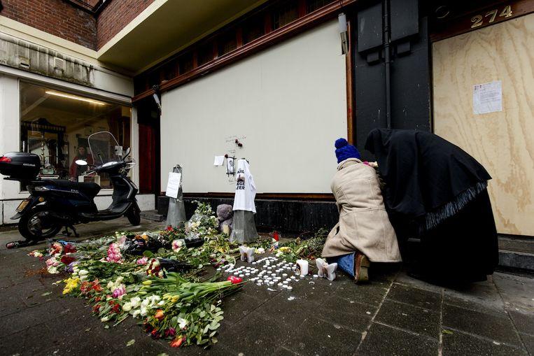 eelnemers aan een stille tocht bijeen gekomen voor de inmiddels gesloten shishalounge Fayrouz op de Amstelveenseweg Beeld anp
