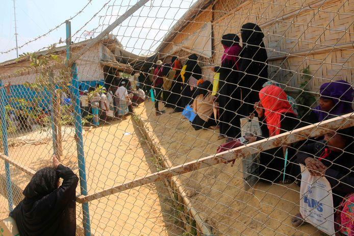 Rohingya-vluchtelingen wachten in het kamp in Ukhia bij de Bengaalse stad op hun beurt bij de voedseldistributie.