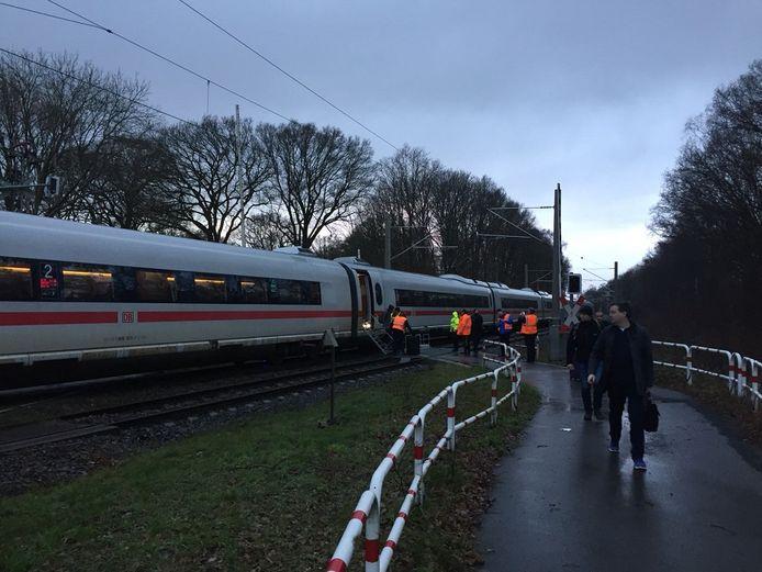Na acht uur mochten de gestrande reizigers de trein eindelijk verlaten.