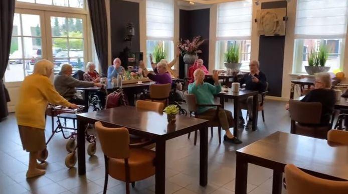 """""""Hieperdepiep, hoera!"""". Mevrouw Piek is 102 jaar. En dat wordt gevierd in het Ambthuis."""