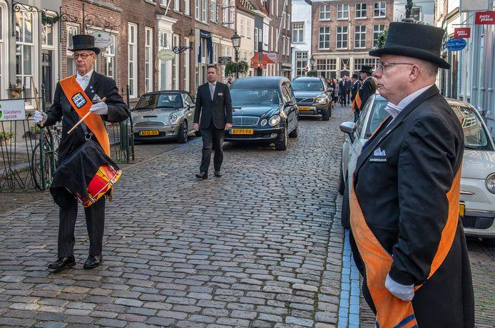 Het Cloveniersgilde heeft eenerehaag gemaakt bij de uitvaart van Harrie Hendriks in Grave.