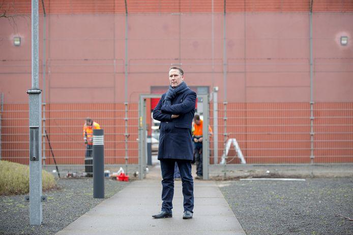 Directeur Danny Vette van de PI Achterhoek in Zutphen. Achter hem zijn werklieden bezig met het vervangen van de sluisdeur die de 'bevrijders' hebben bewerkt met een slijptol.