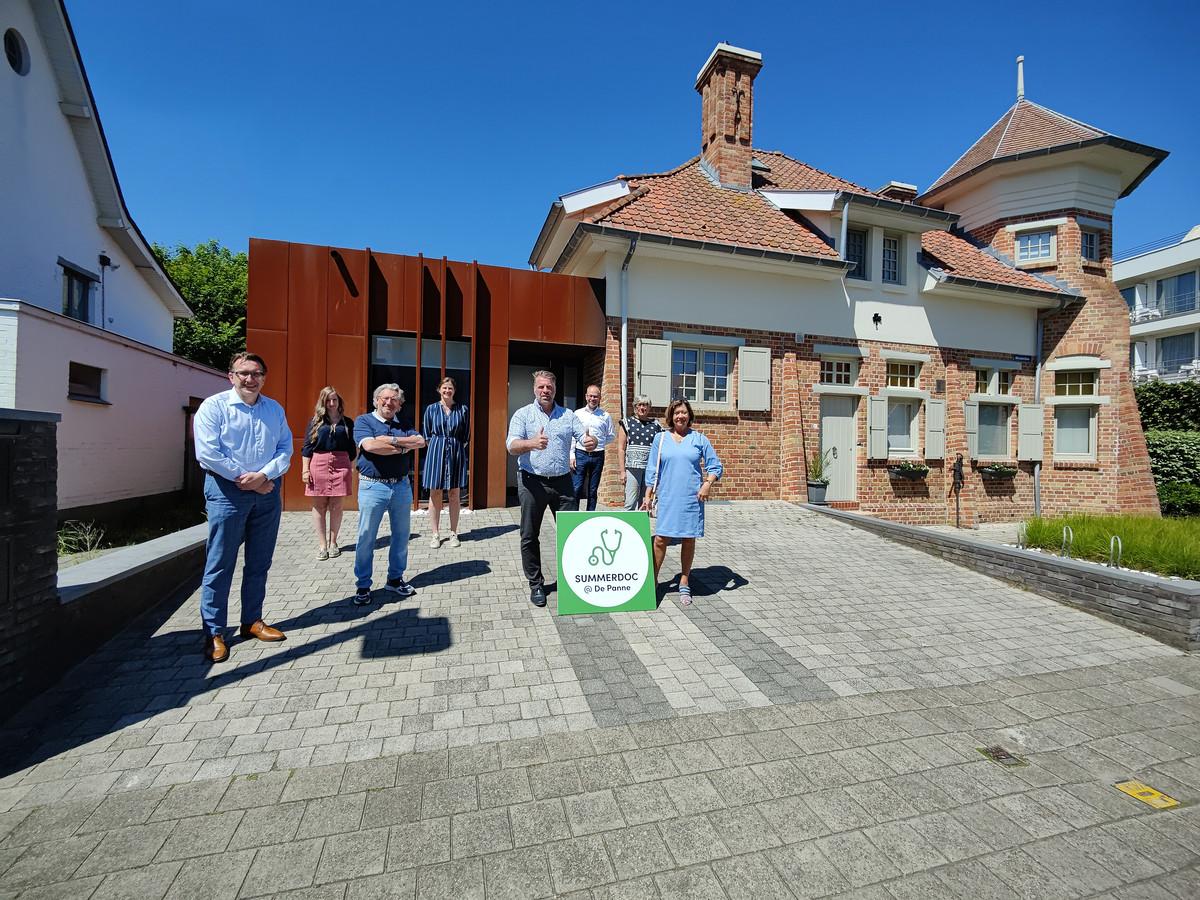 De zomerdokter kan in deze villa aan de slag. Op de foto staat het bestuur en een aantal huisartsen.