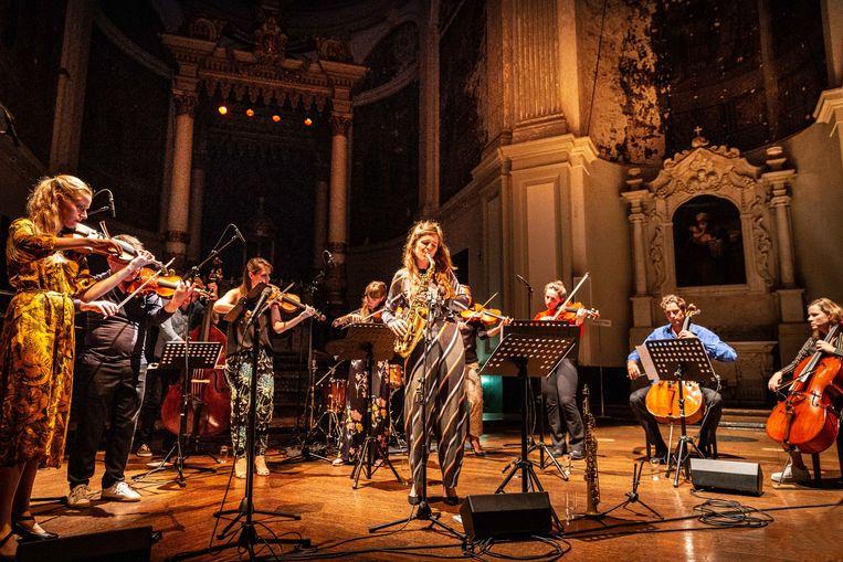 Saxofonist Kika Sprangers met de strijkers van Pynarello.  Beeld Rob van Dam