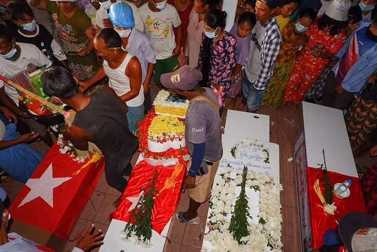 Rouwenden bij slachtoffers die omkwamen door geweld van het leger. Beeld AFP