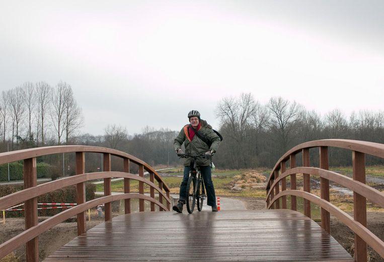 Ook deze techniek wordt vaak toegepast: wandelend met de fiets tussen de benen de fietsbrug op.