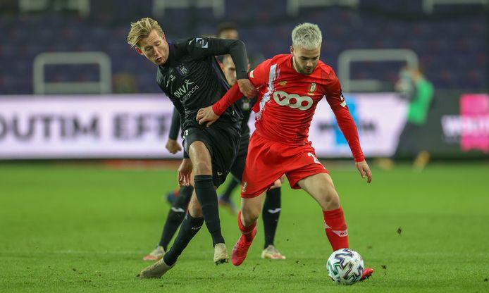 Vlap (l) namens Anderlecht in duel met een speler van Standard Luik.