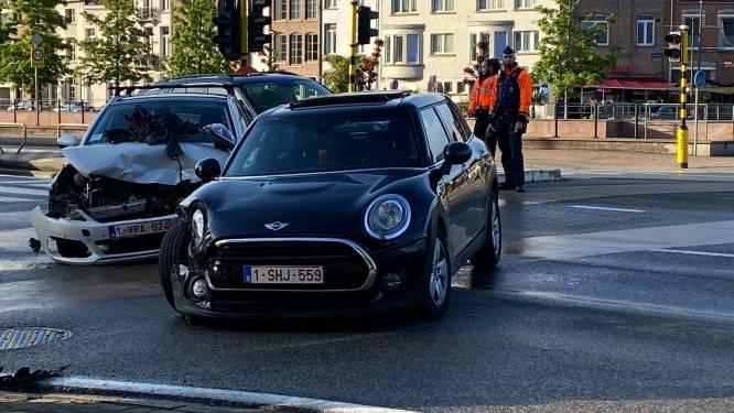 Auto's botsen tegen elkaar op kruispunt: Eén lichtgewonde (23)