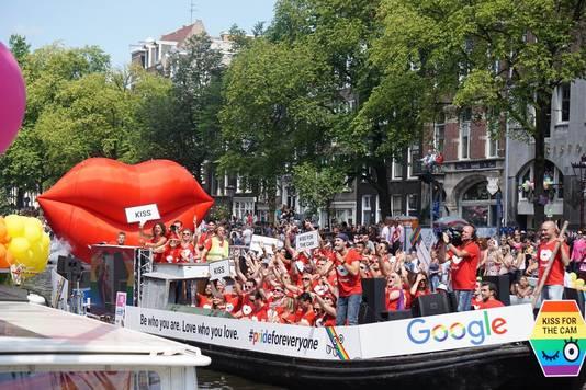 De Google-boot op de Canal Pride van 2016. Ook Arjan Dijk voer mee, net als dit jaar.