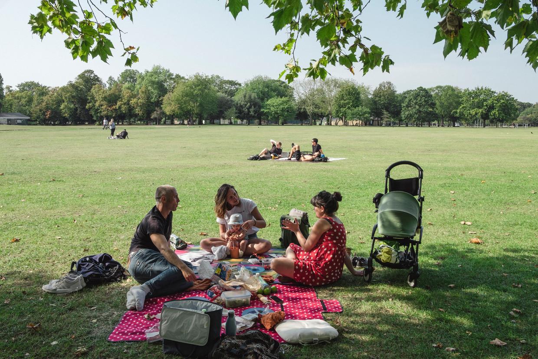 Brtten genieten van het mooie weer in het park. Beeld Carlotta Cardana