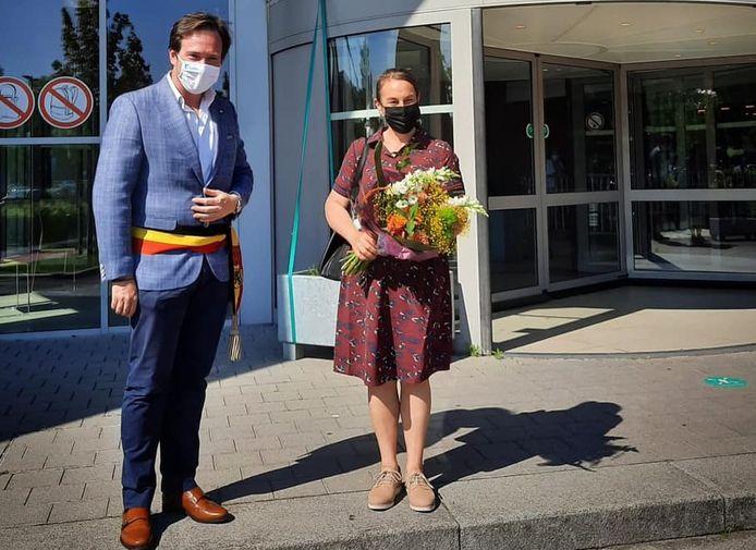 Kristel Vanmolecot kreeg bloemen van burgemeester Vanderjeugd.
