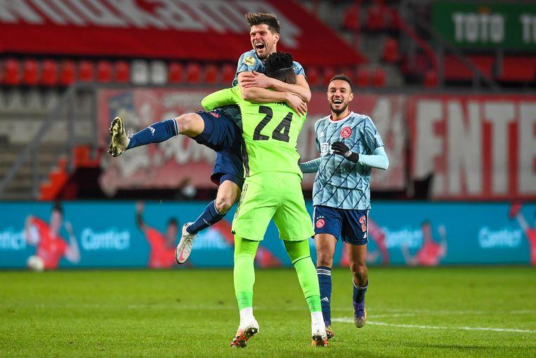 Huntelaar viert de ontsnapping van Ajax door zijn toedoen met doelman Onana.  Beeld BSR Agency
