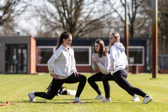 Feya Kothuis en Ella Lubbers uit Doetinchem en Britt Jagersma (vlnr) uit Doesburg sporten samen op de sportvelden aan de Stokhorstweg.