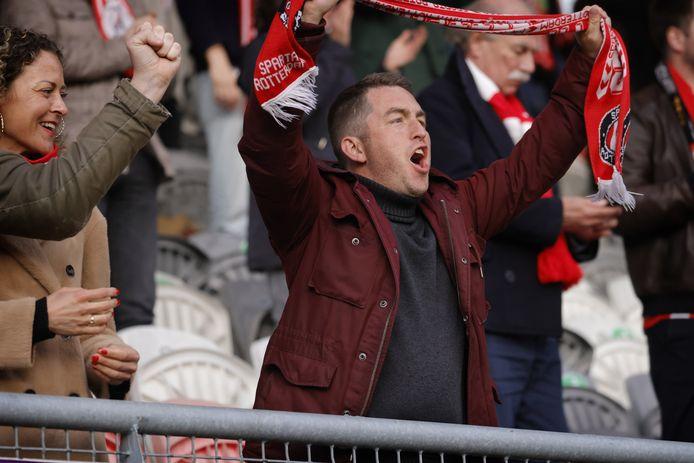 Anton Slotboom juicht tijdens de 2-0 voor Sparta. 'Wat kan uit volle borst meezingen opeens lekker zijn!'