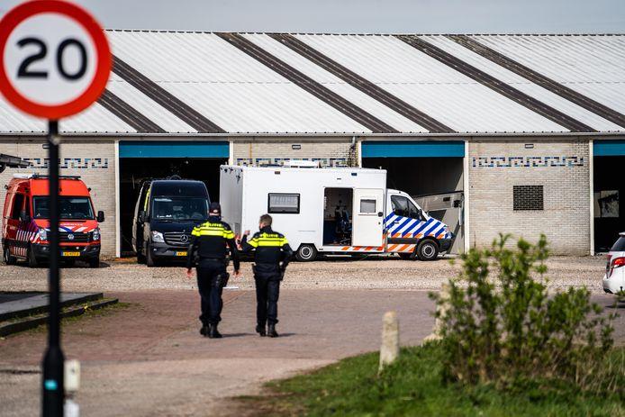De politie bij het ontdekte drugslab op Bedrijventerrein Meinerswijk in Arnhem.
